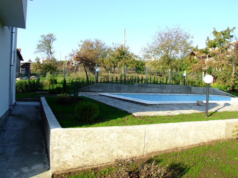 Concrete swimming pool above ground