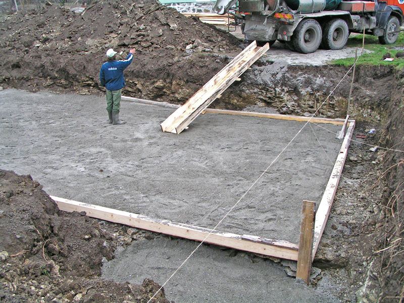 Pouring a concrete over the sand pillow